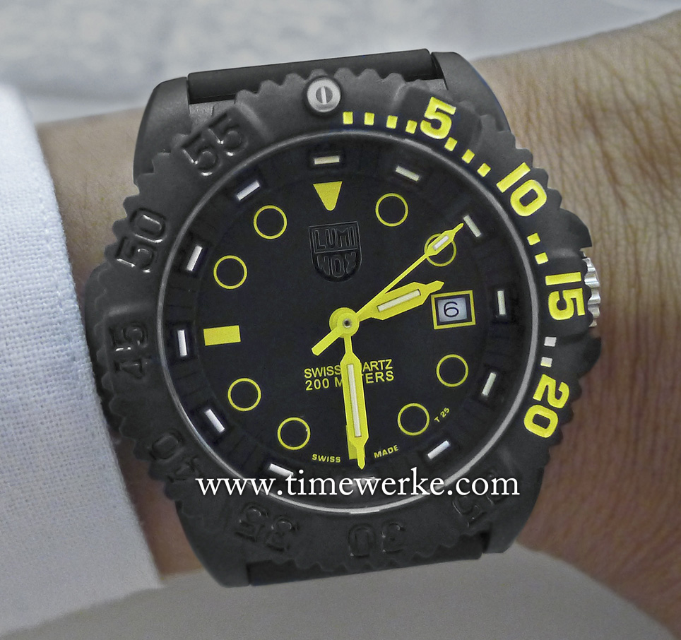 This is the prototype of the Luminox Navy SEAL Colormark NOVA which we first viewed and handled in July 2015. Do note that the Luminox logo here is not coloured unlike the final version. The circular hour indexes including the bar markers and triangular reference at 12 o'clock are coated with SuperLuminova. The 12 white bars at the periphery of the dial are the micro gas tubes containing tritium. These will for 25 years and are self-illuminating especially in darkness. This long-term luminescence is the key characteristic of Luminox watches. The sweep seconds hand also carries a micro gas tube. Observe that only the markings for the first twenty minutes on the rotatable bezel are in colour. The bezel also has a micro gas tube at the 60-minute reference or its 12 o'clock position. The date display is at three o'clock. Photo: © TANG Portfolio. Elfa / Timmy. Langkawi, Malaysia 2015